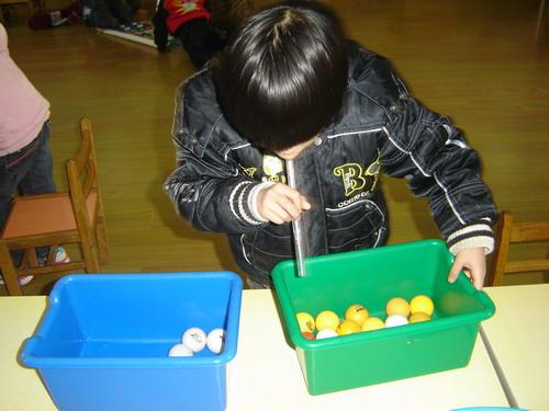 幼儿游戏双脚玩纸球